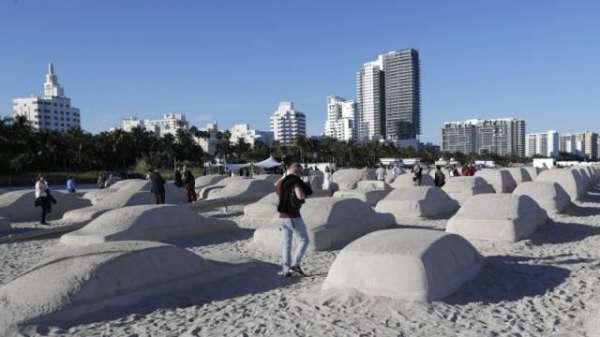 Artist Creates Life-sized Traffic Jam In Sand Of Florida Beach